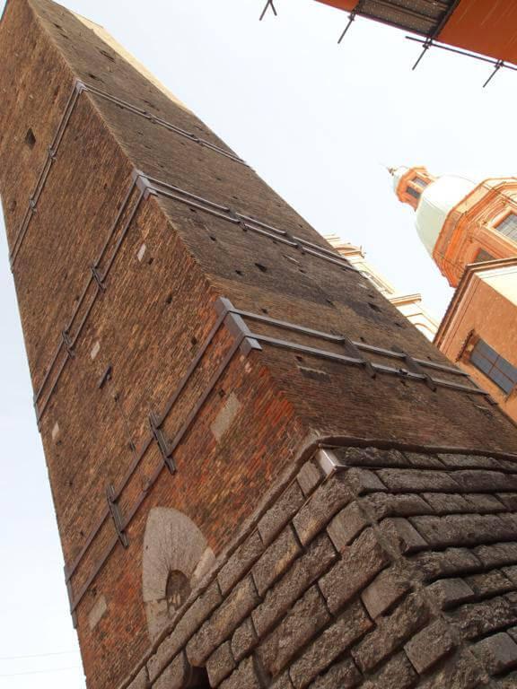 ¿Qué ver en Bolonia en un día? Torre Garisenda
