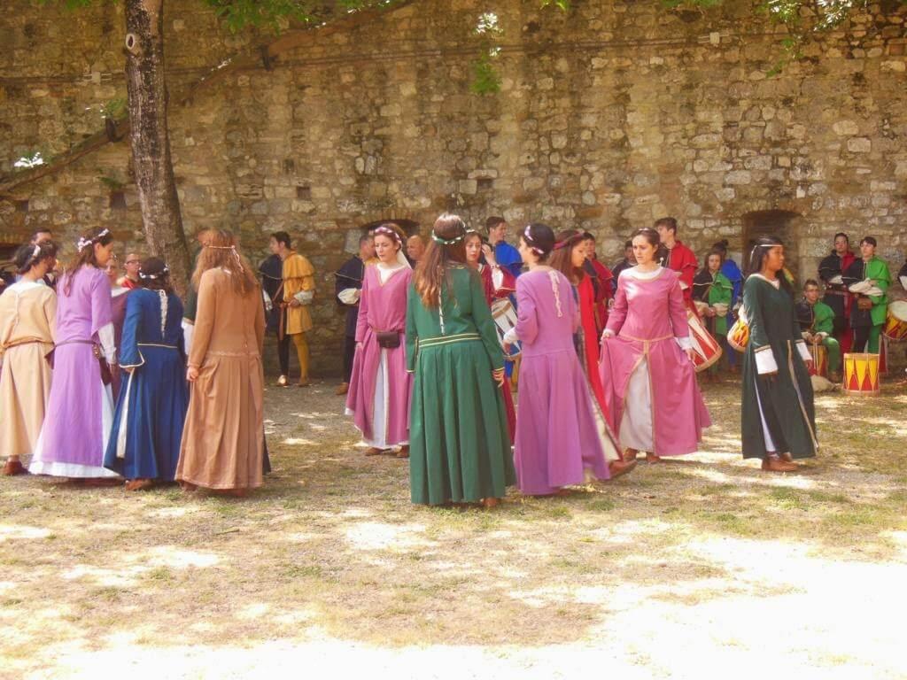 Danza tradicional en la Rocca of Montestaffoli