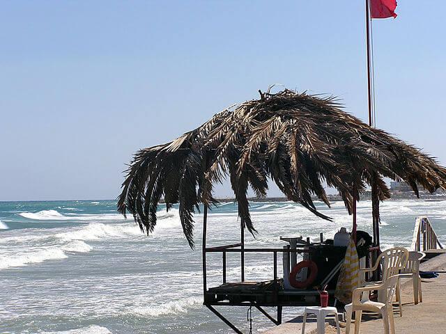Playa en Kato Gouves, Creta (Grecia) @ Wikimedia