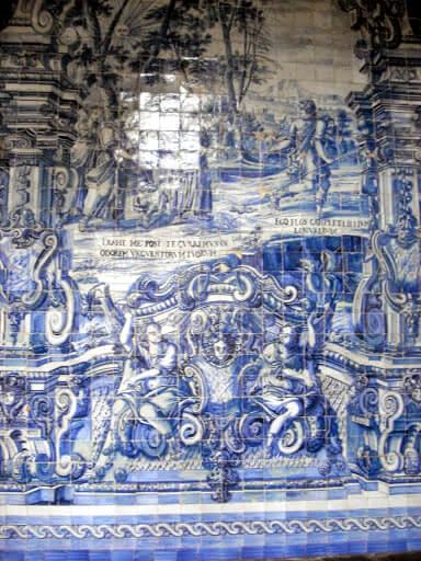 Decoración de azulejos en el claustro