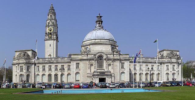 ¿Qué ver en Cardiff en un día? City Hall @Wikimedia
