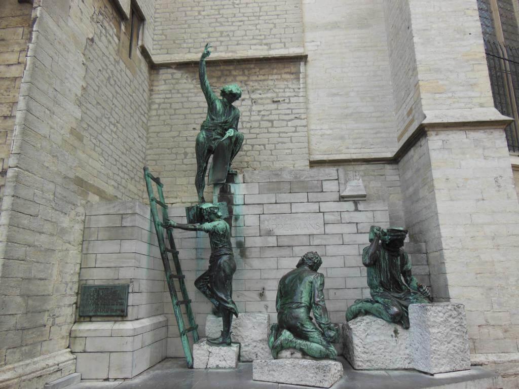 Escultura de los canteros constructores