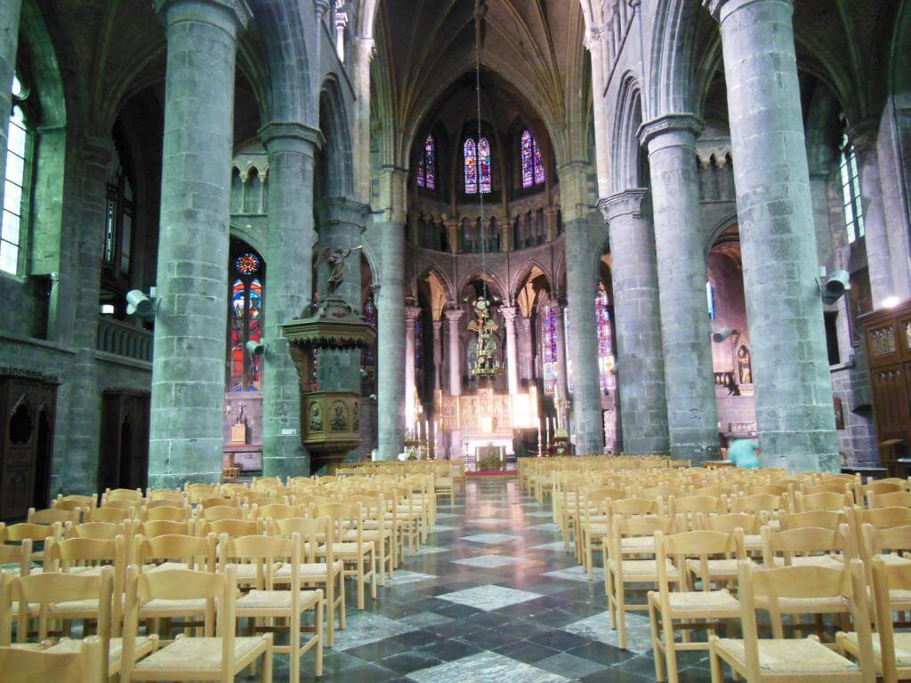 Interior de la Collégiale Notre-Dame de Dinant