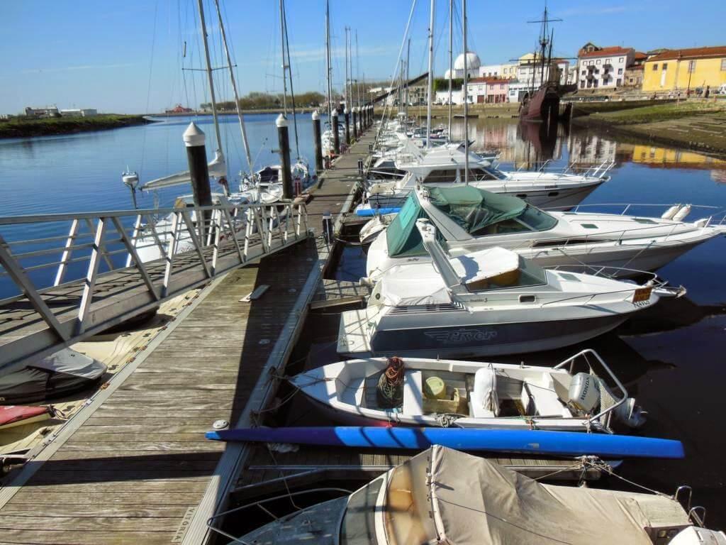 Barcas en el paseo marítimo
