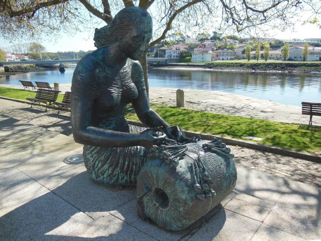 Escultura en homenaje a las rendilheiras