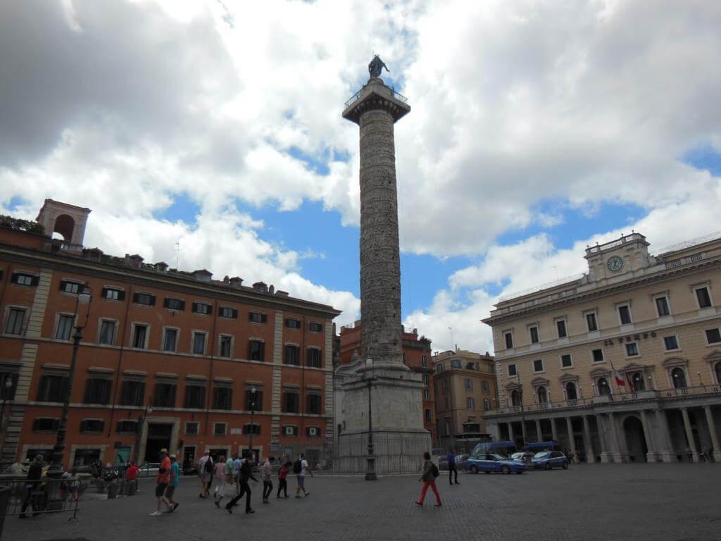 Si buscamos las plazas más bonitas de Roma, tenemos Plaza Colonna