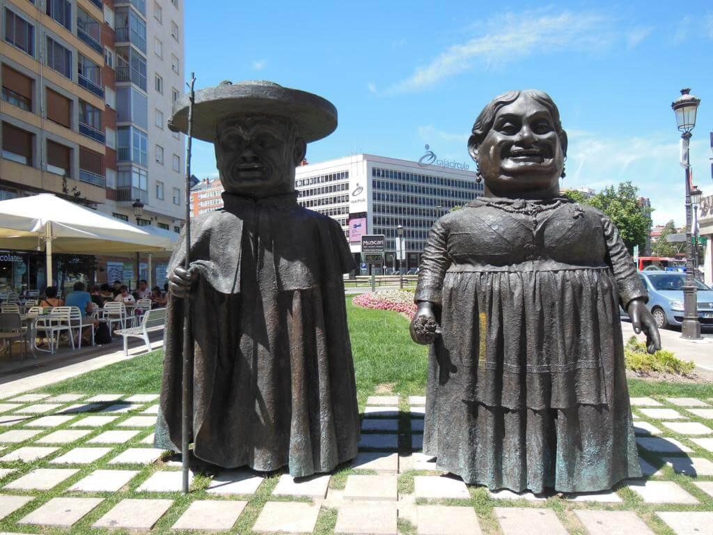 """Estatua de los """"Gigantillos"""""""