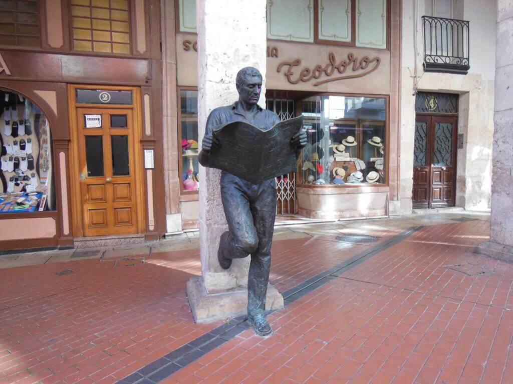 "Estatua del ""Lector de Periódicos"""