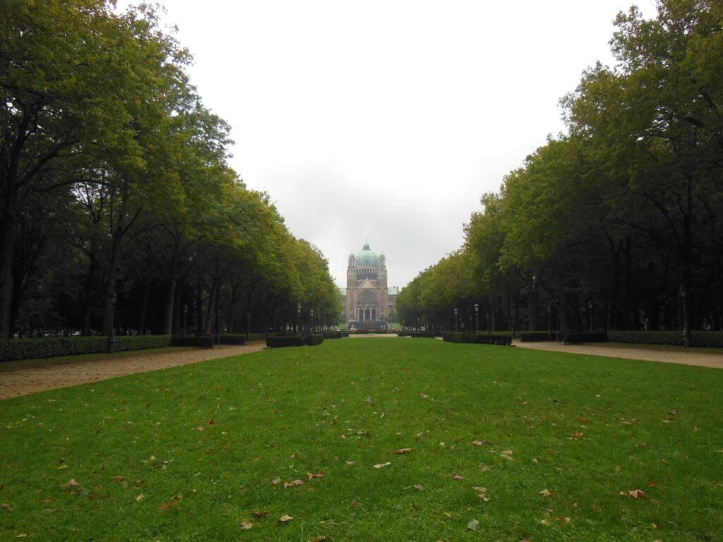 Parque Elisabeth con la Basílica del Sagrado Corazón de fondo
