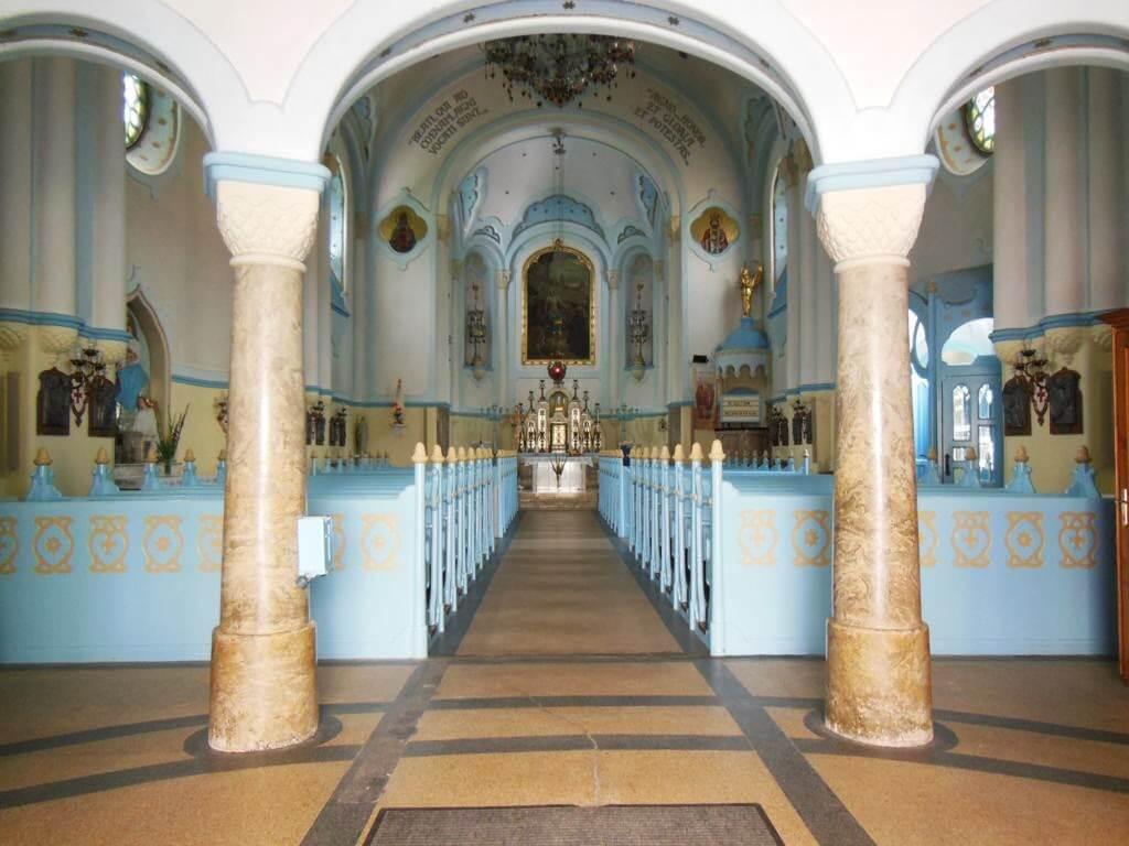 La iglesia azul es conocida como Iglesia de Santa Isabel.