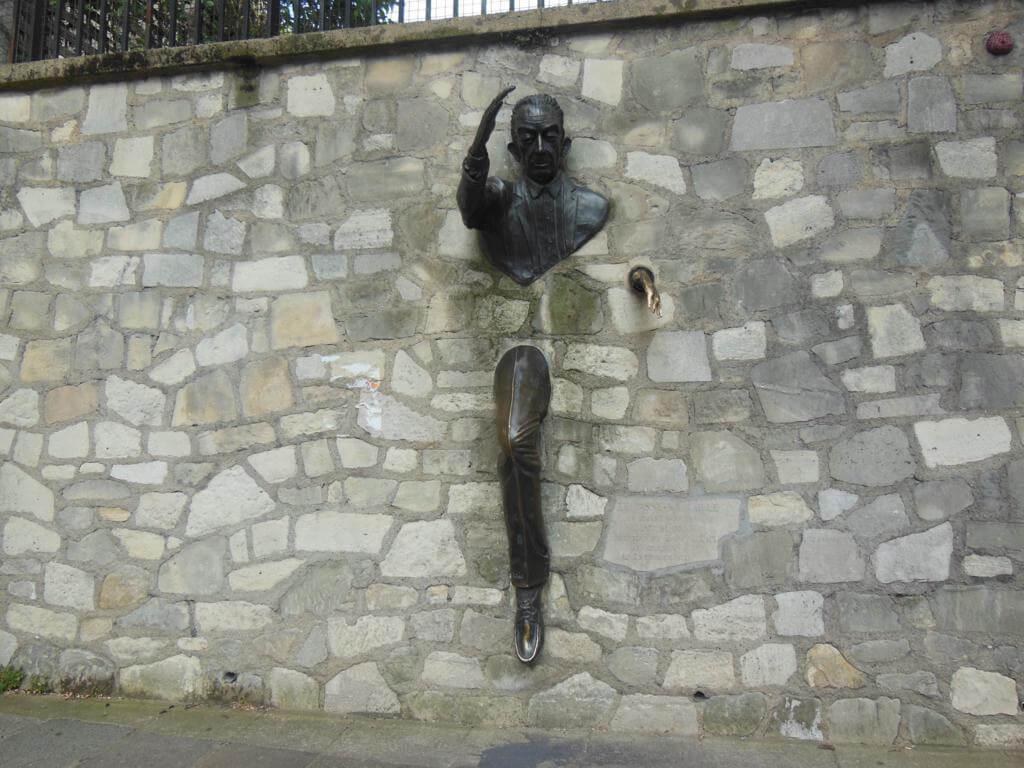 Escultura Passe-Muraille