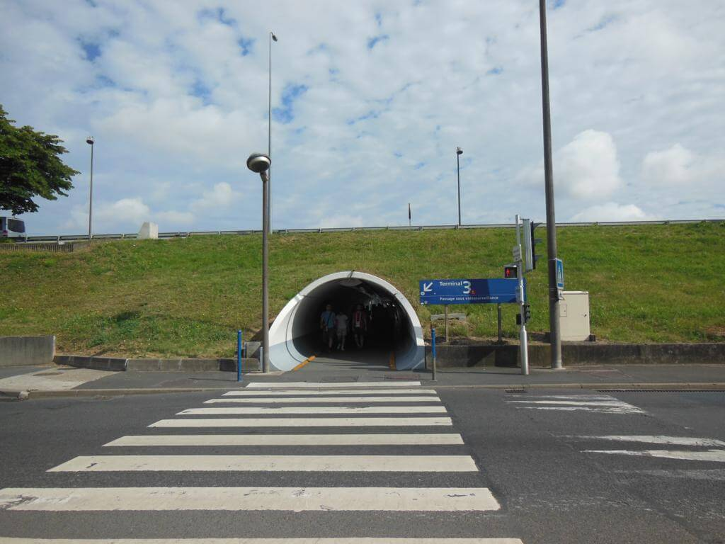 ¿Cómo ir del Aeropuerto de Charles de Gaulle a Gare du Nord? tunel de acceso a la estación de tren.