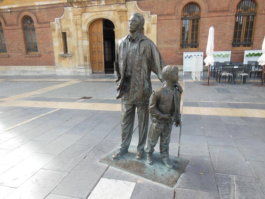 """Qué ver y hacer en León. Escultura """"Padre e Hijo"""""""