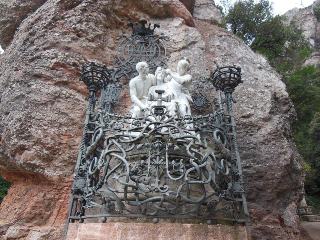 Escultura en la ruta de la Santa Cova