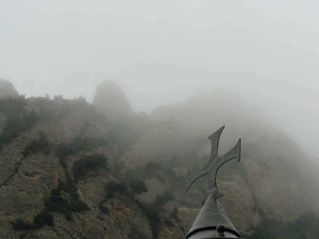 Montserrat comienza a ocultarse bajo la niebla