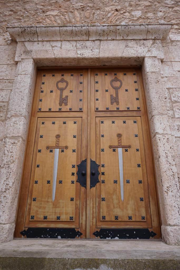 Puerta de la Iglesia de San Pedro y San Pablo en Madrigueras