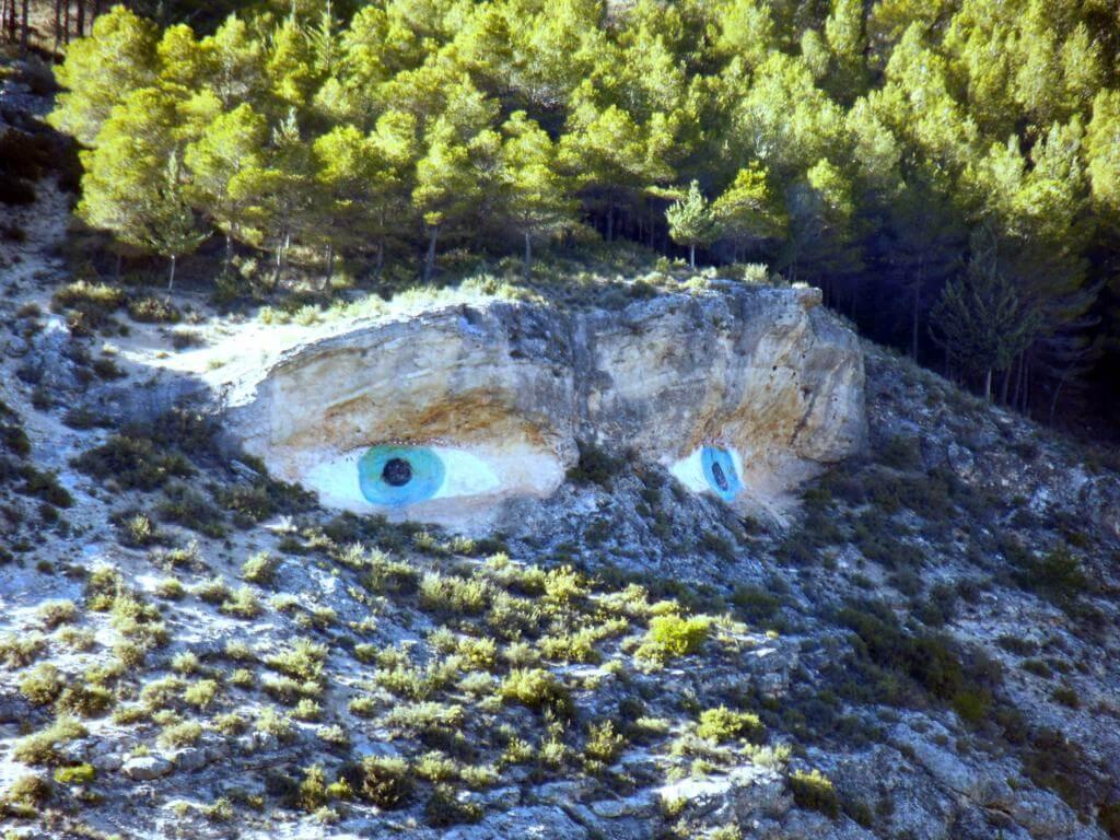 Ojos de la Mora en la roca