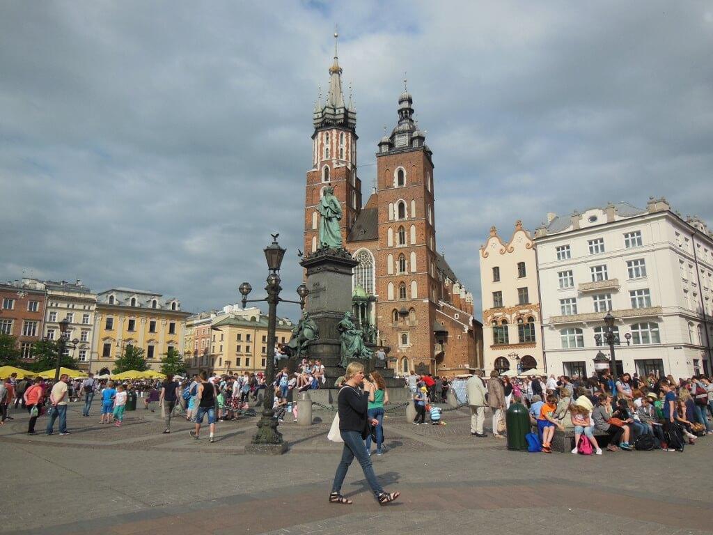 Plaza del Mercado: Basílica de Santa María y estatua de Adam Mickiewicz