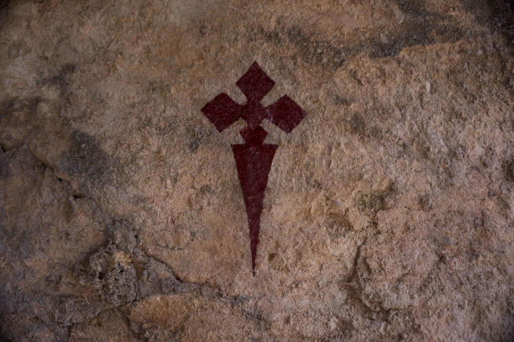 Cruz de Santiago en la cueva