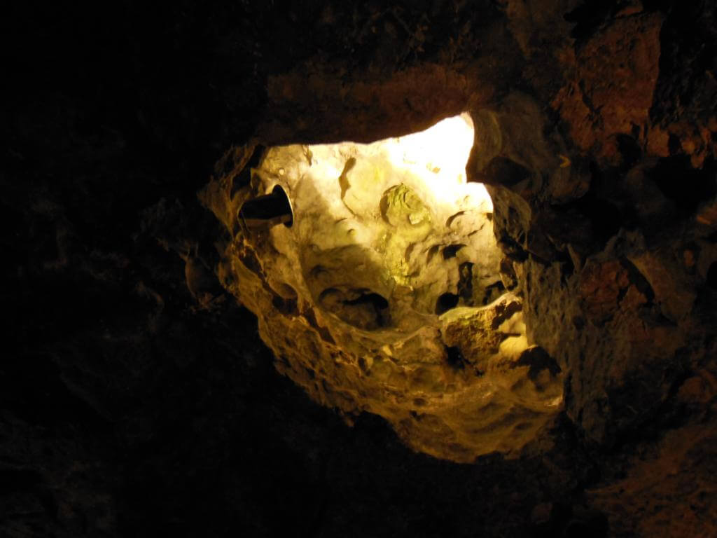 La cueva del dragón da al exterior de la Colina Wawel