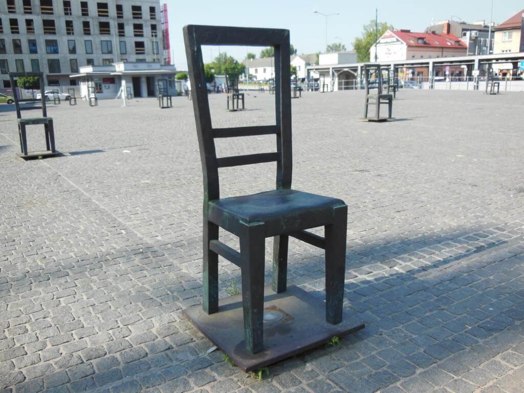Monumento de las sillas en la plaza de la Paz de Cracovia.