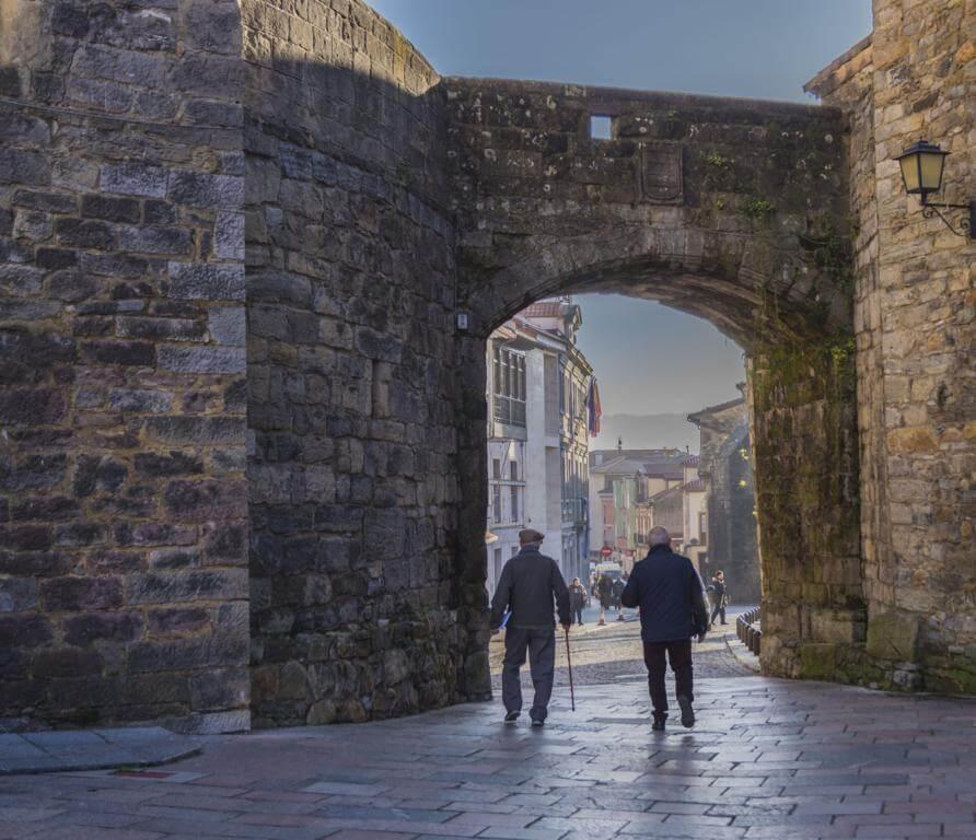Arco que conecta el Palacio de Valdés-Salas y la Torre del Reloj.