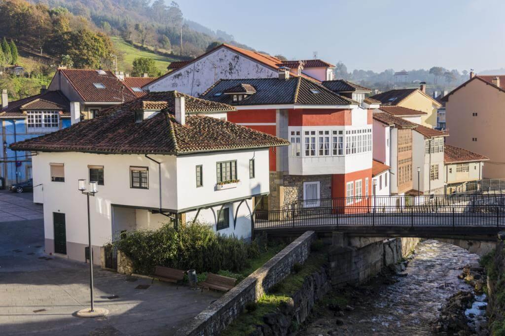 Casas en la orilla del río en Salas (Asturias).