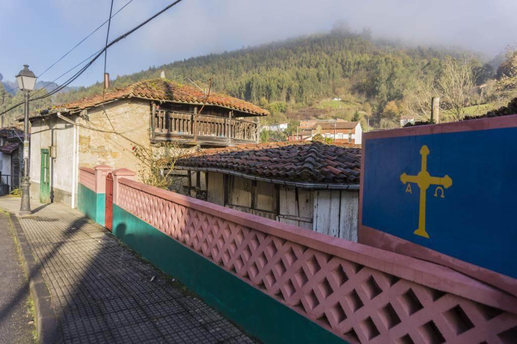 Casas en la villa de Salas (Asturias).