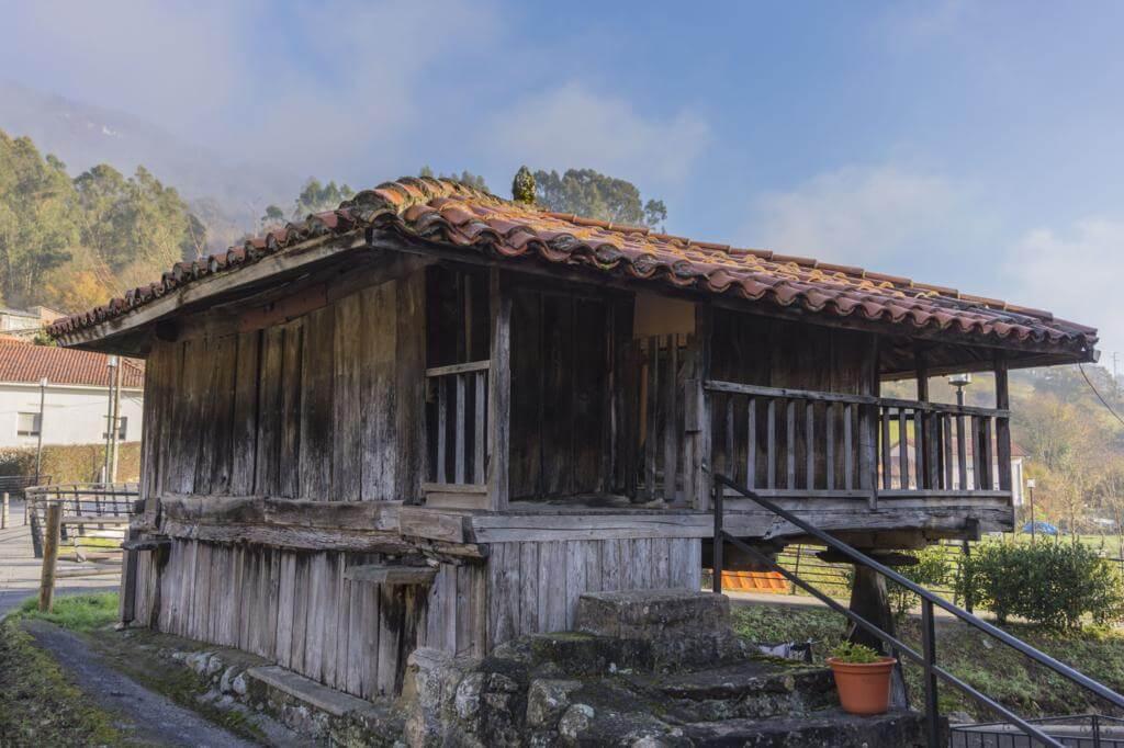 Hórreo en la villa de Salas (Asturias).