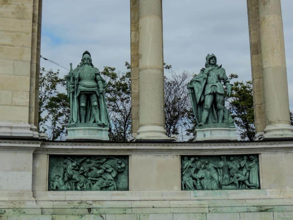 En las columnas aparecen 13 héroes nacionales.