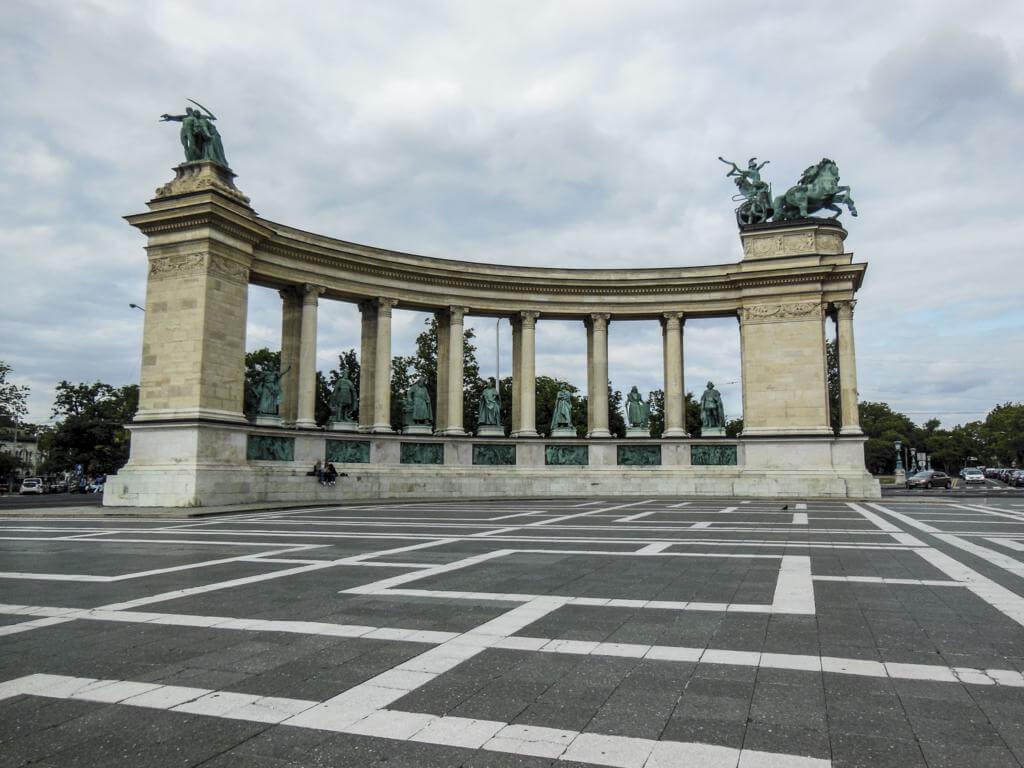 La plaza de los héroes tiene 2 hileras de columnas.