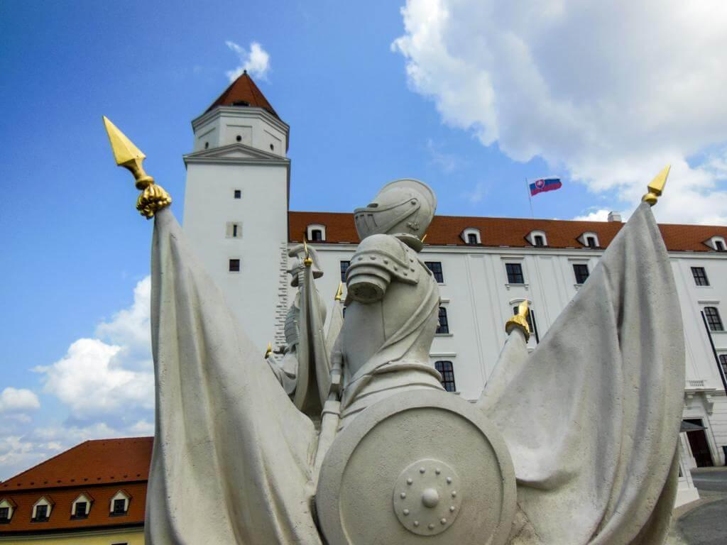 Detalle de escultura en las afueras del castillo.