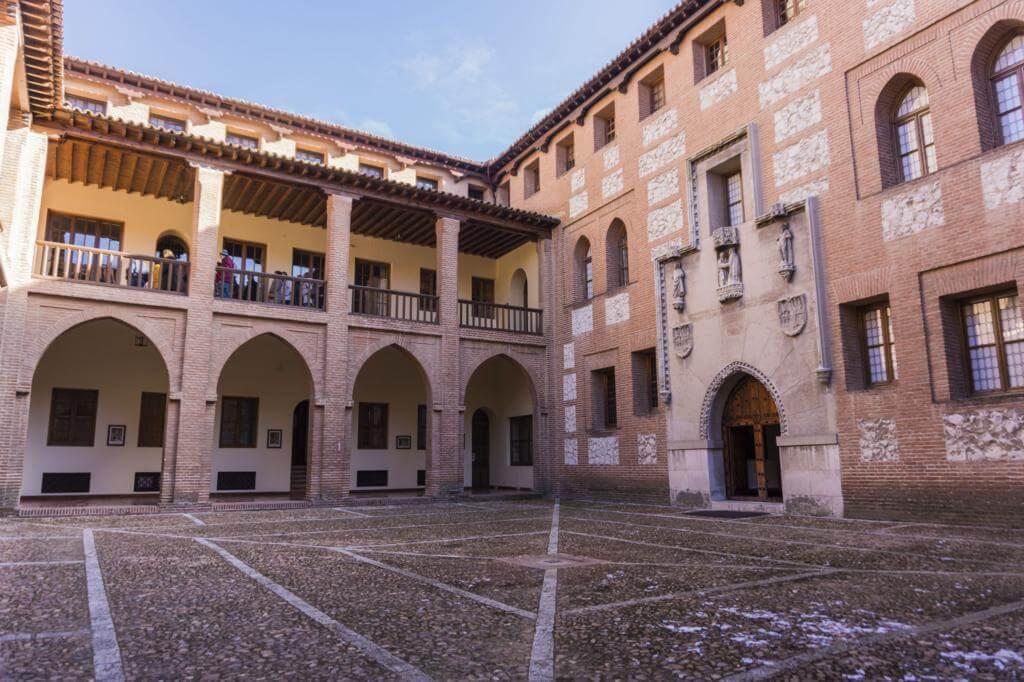 Patio de armas del Castillo de la Mota.