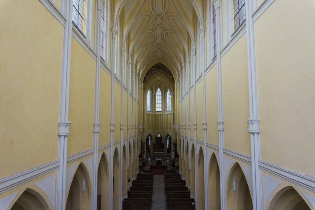 Interior de la Iglesia de la Asunción de Nuestra Señora y San Juan el Bautista de Kutná Hora.