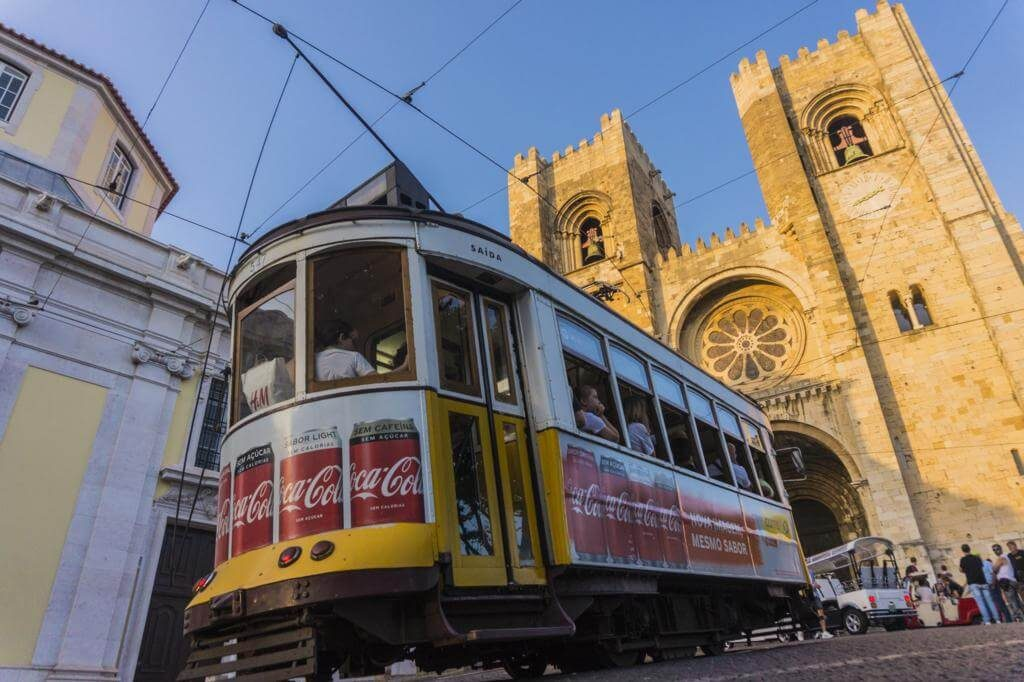 El tranvía a su paso por la Catedral de Lisboa.