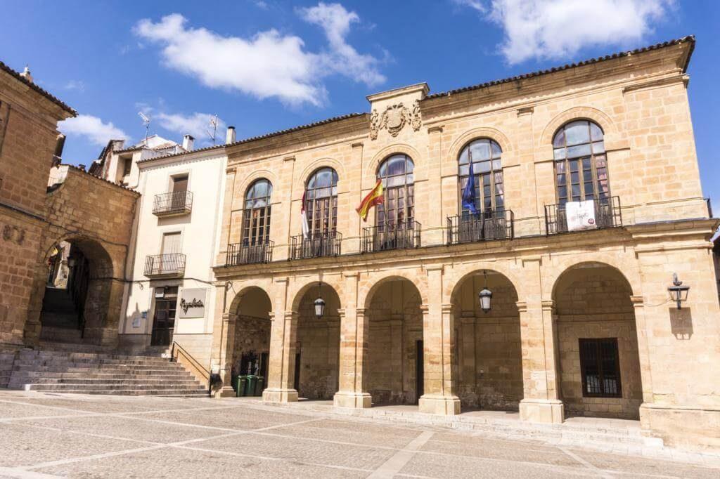 Lonja del Ayuntamiento de Alcaraz y Arco de Zapatería.
