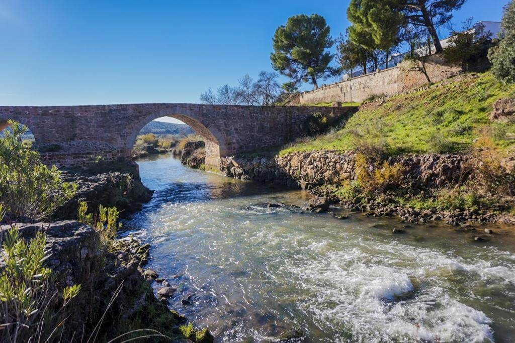 El río Guadalimar a su paso por el puente.