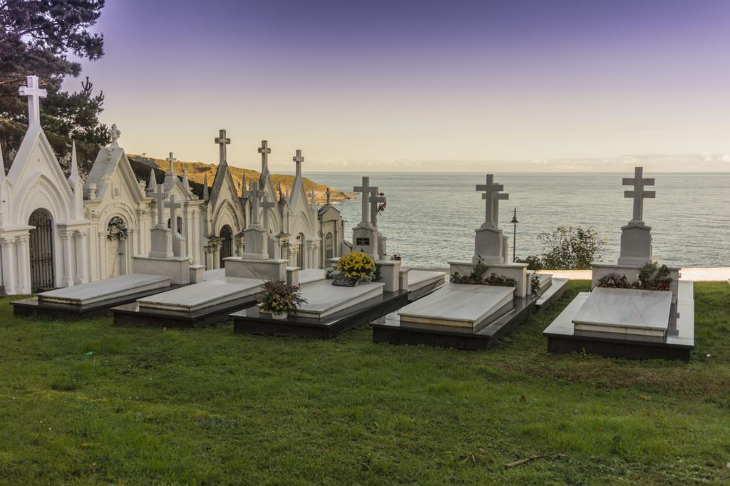 El cementerio de Luarca al lado del mar.