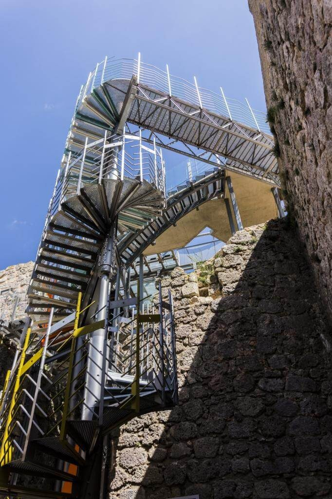 Escaleras que conectan el castillo