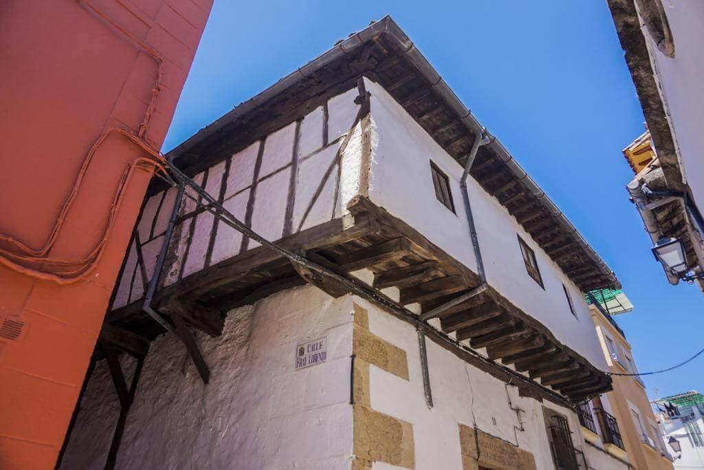 Fachadas balconadas del casco histórico.