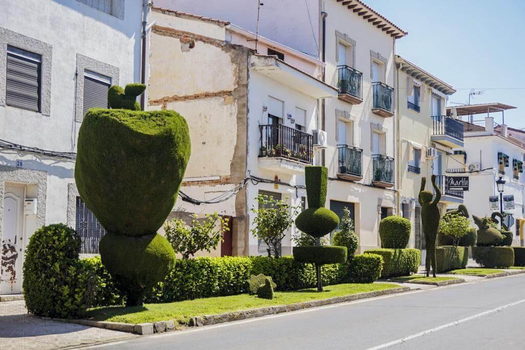 Avenida EX-203 con esculturas expuestas.