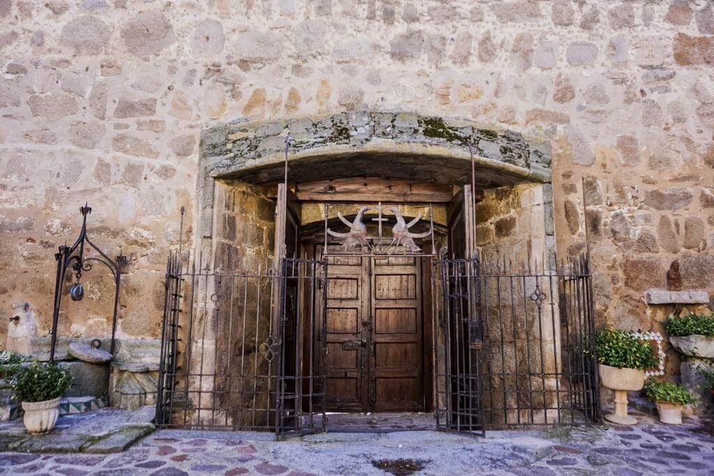 Interior de la puerta de acceso al castillo.