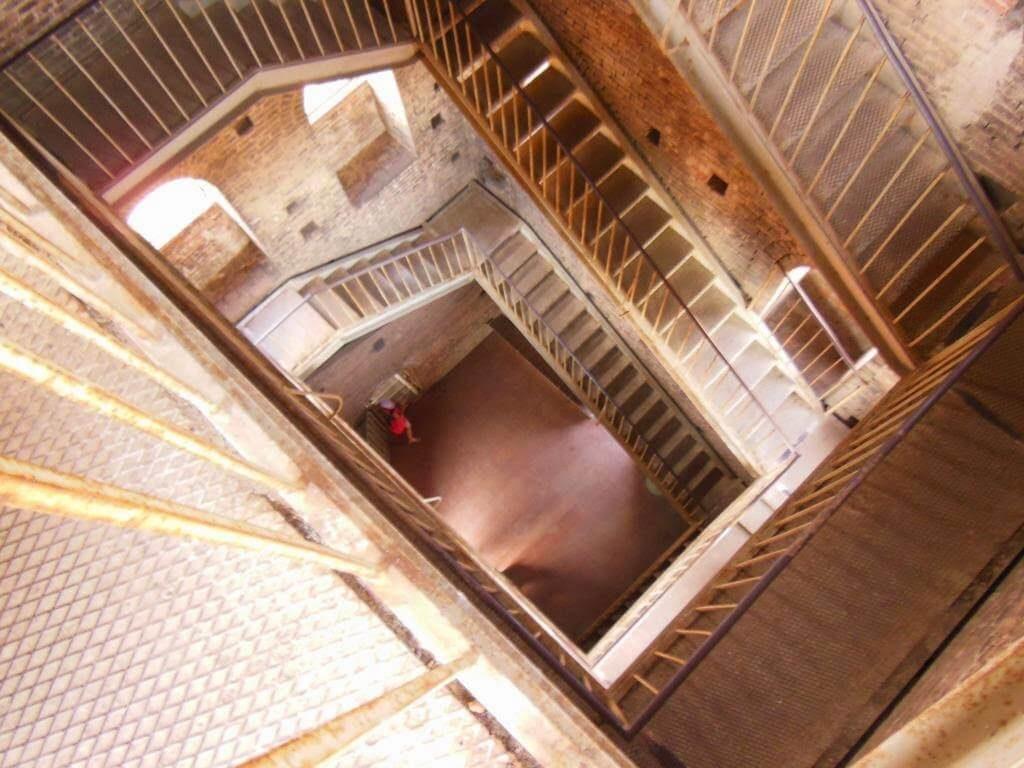 Escaleras de subida a la Torre Guinigi