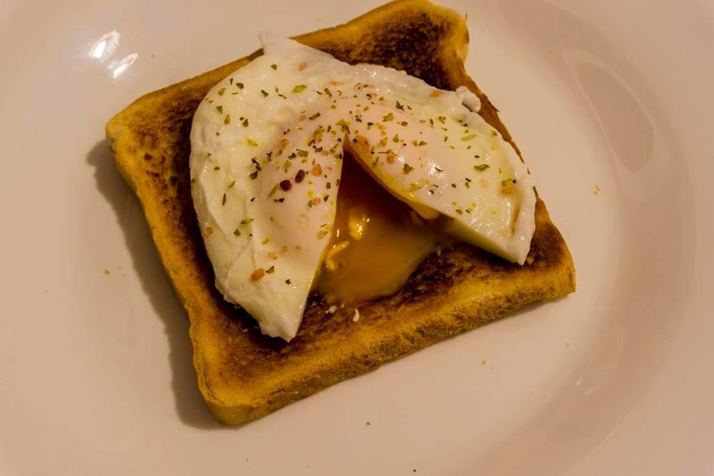 Los huevos escalfados son una de las mejores recetas de cocina para microondas.