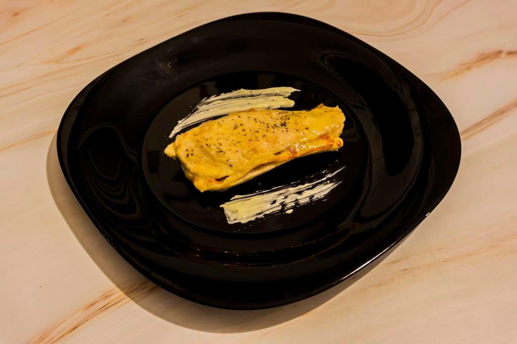 Cena: Pechugas de pollo rellenas de jamón y queso en microondas.