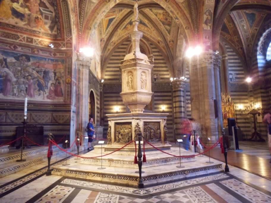 Pila Baustismal del Baptisterio de Siena.