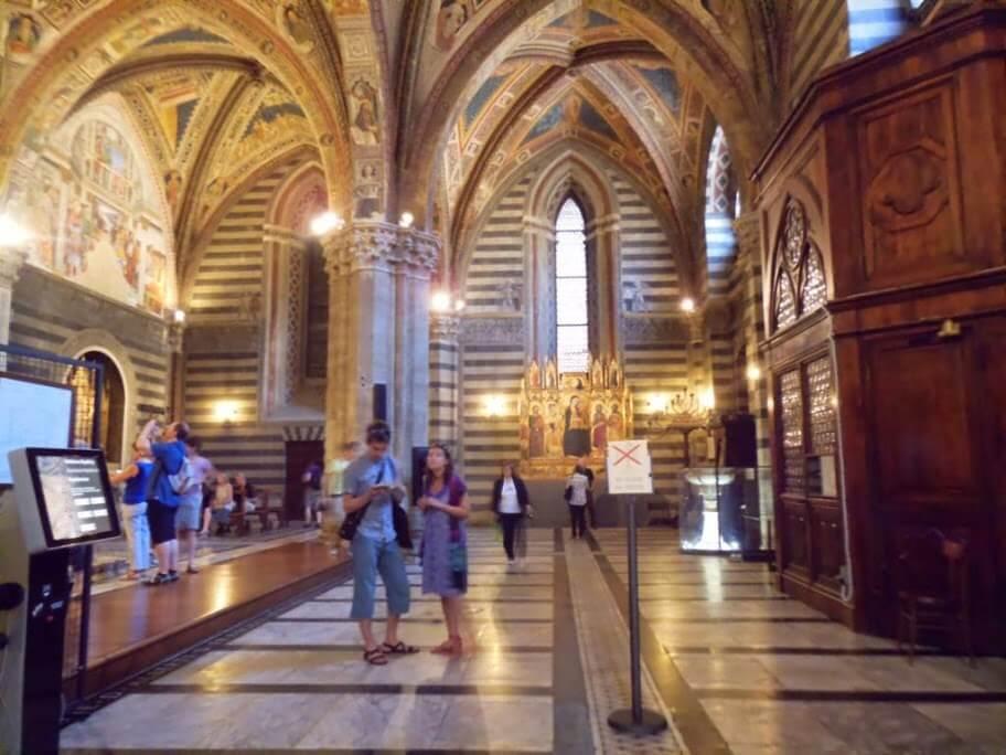 Interior del Baptisterio de Siena.
