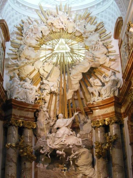 Altar donde se muestra a San Carlos sobre una nube subiendo al cielo.