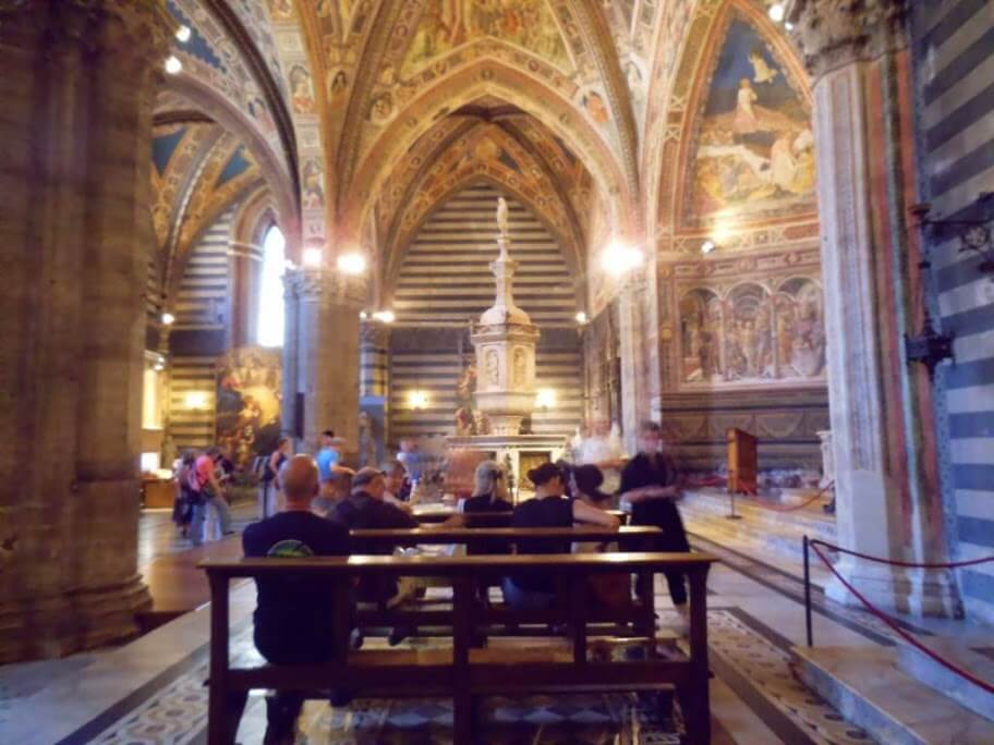 Bancos en el interior del Baptisterio de Siena.