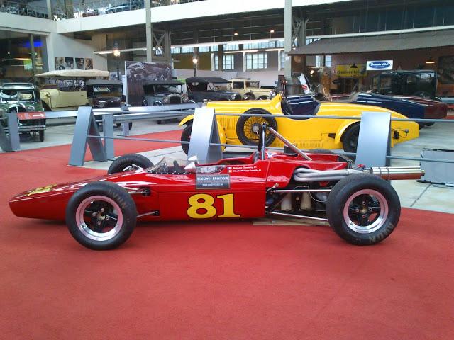 Antigüo coche de carreras.